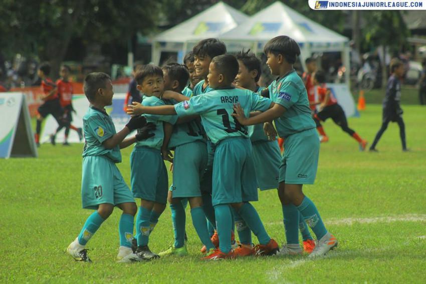 M'Private Soccer School Merajut Benang Merah